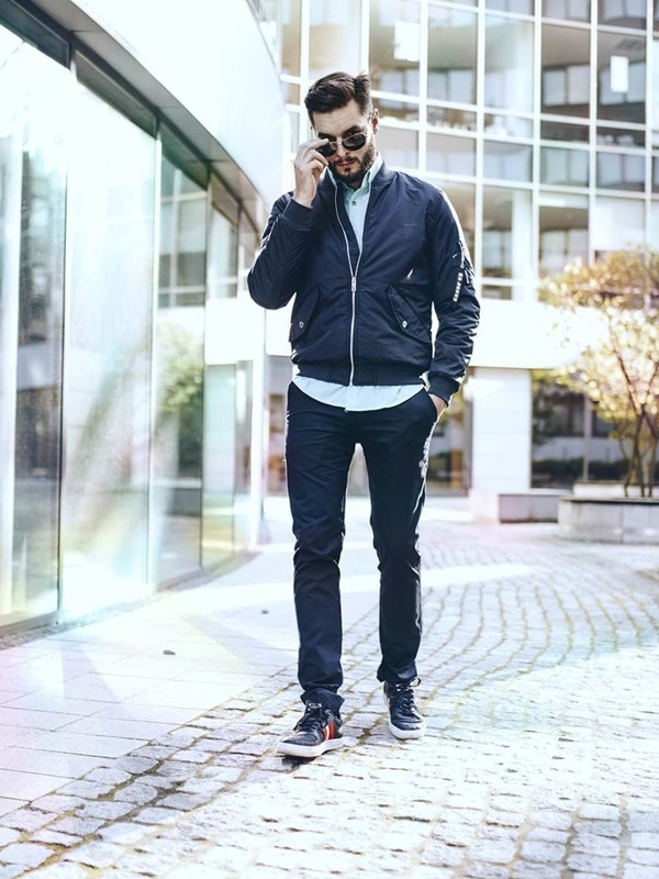 Stylizace č. 256 - sluneční brýle, přechodná bunda, elegantní košile, chino kalhoty, obuv