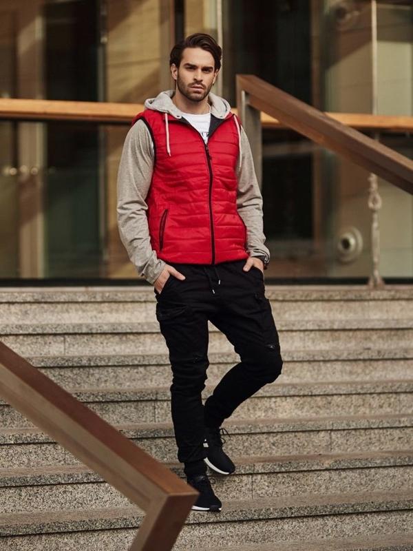 Stylizace č. 363 - hodinky, vesta s kapucí, tričko s potiskem, kapsáče