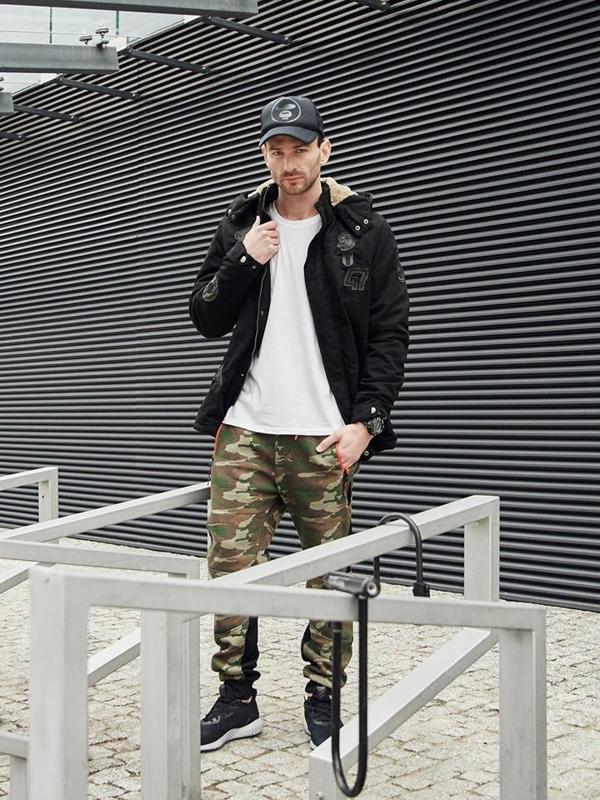 Stylizace č. 381 - hodinky, zimní parka, tričko s potiskem, maskáčové jogger kalhoty