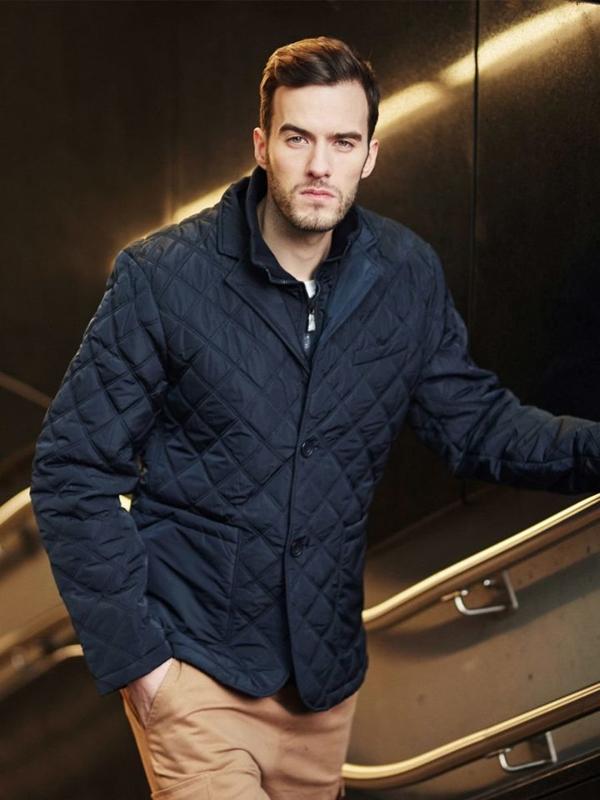 Stylizace č. 407 - přechodová bunda, tričko s dlouhými rukávy bez potisku, kapsáče
