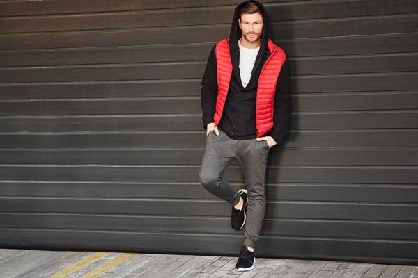 Stylizace č. 427 - vesta, mikina s kapucí, tričko bez potisku, sportovní obuv