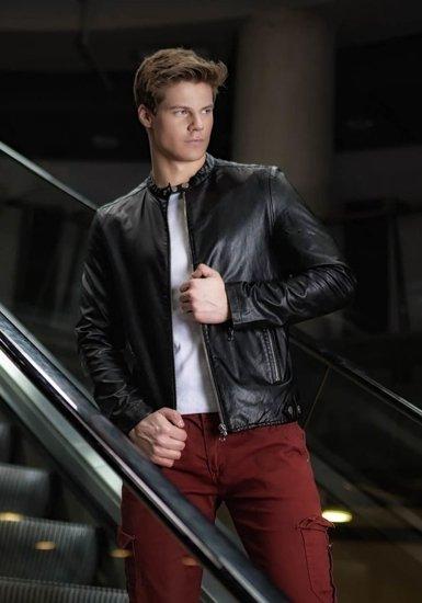 Stylizace č. 173 - kožená bunda, tričko bez potisku, kapsáče