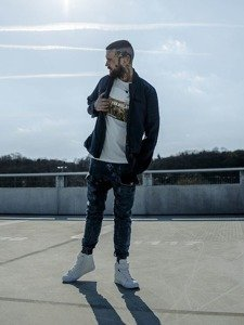 Stylizace č. 217 - přechodná bunda, tričko s potiskem, džínové baggy kalhoty, obuv